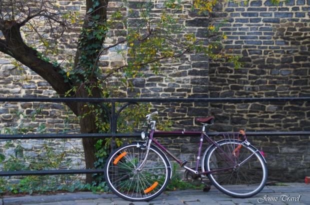 Vélo contre balustrade Gand
